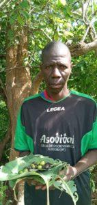 Siaka Camara devant ses graines à semer / in front of his seeds to sow / vor seinen Baumsamen